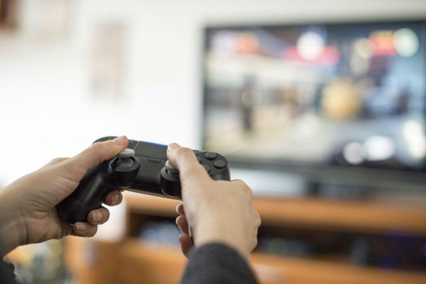 بازی کردن بازی ویدیویی