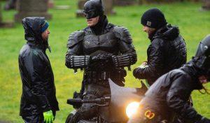 نگاهی به بتسیکل و لباس بتمن در پشت صحنه فیلم The Batman (برای دیدن سایز کامل روی تصویر کلیک کنید)