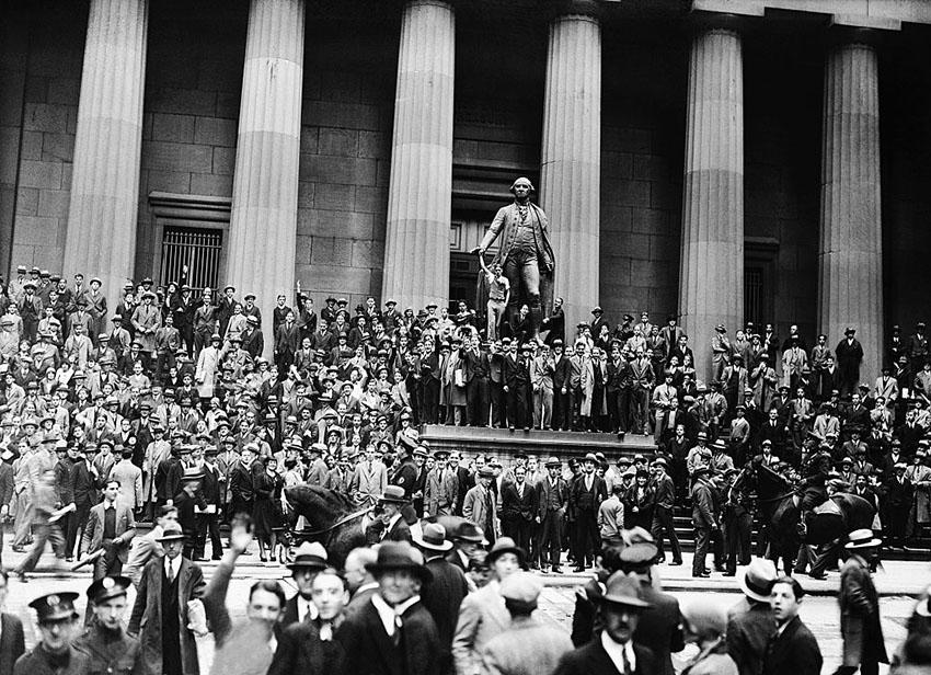 تجمع مردم در والاستریت در پی سقوط بازار سهام در سال ۱۹۲۹