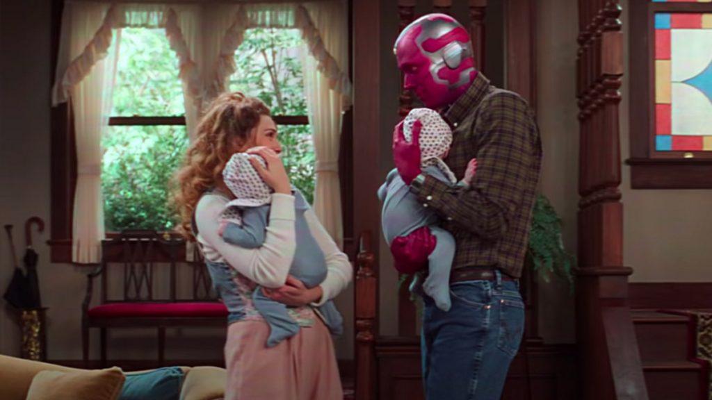 ویکان و اسپید نوزاد در بغل والدینشان، ویژن و اسکارلت ویچ، در سریال WandaVision